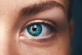 Жирові грижі під очима: причини появи і як позбутися